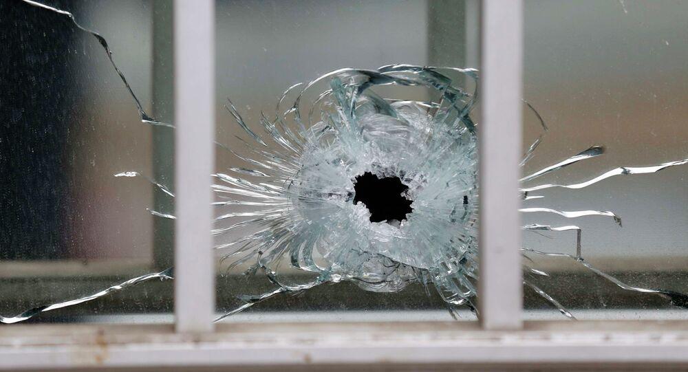 Une vitre brisée par une balle