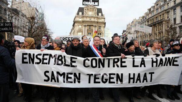 Les gens avec un bandeau Ensemble contre la haine pendant une marche des victimes de Charlie Hebdo, à Bruxelles, Janvier 11, 2015. - Sputnik France