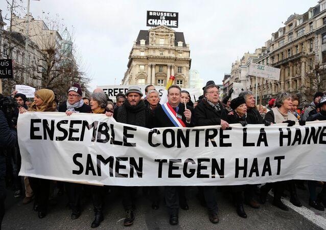 Les gens avec un bandeau Ensemble contre la haine pendant une marche des victimes de Charlie Hebdo, à Bruxelles, Janvier 11, 2015.