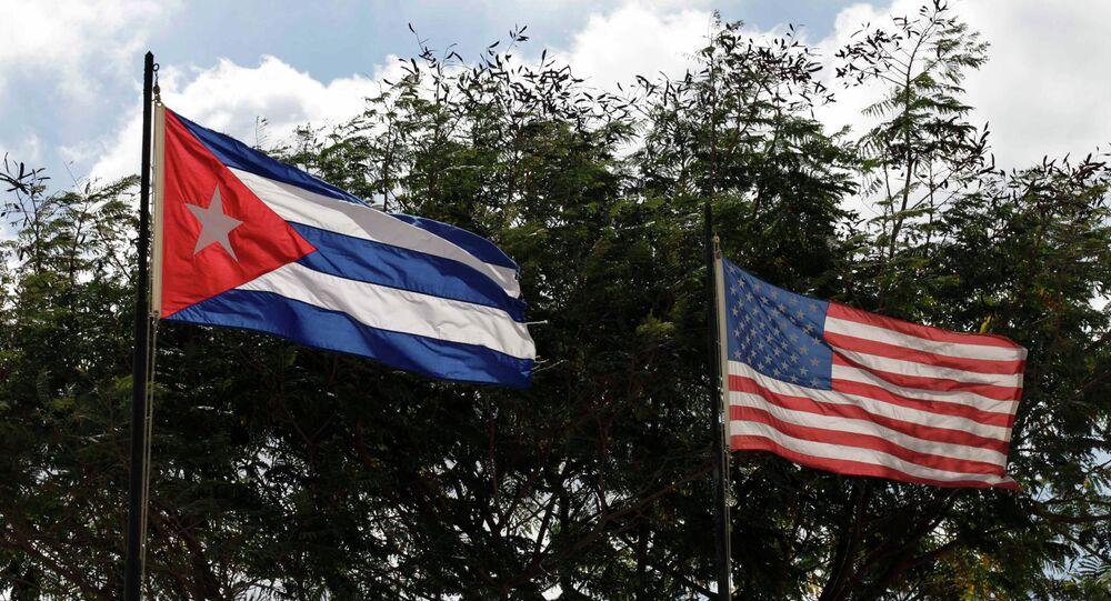 Les drapeaux de Cuba et des Etats-Unis