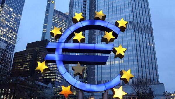 Символ евро возле здания Европейского центрального банка Франкфурте, Германия. Архивное фото - Sputnik France
