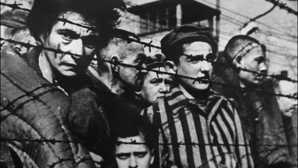 Заключенные за колючей проволокой в концентрационном лагере Освенцим - Sputnik France
